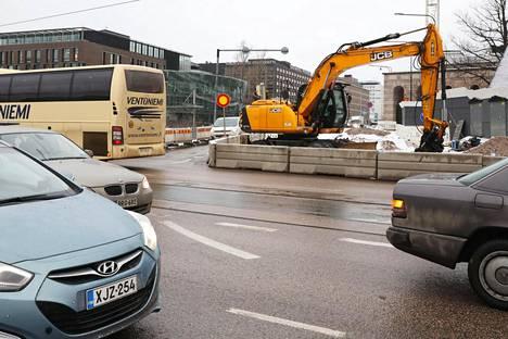 Mannerheimintien ja Pohjoisen Rautatiekadun risteys on sumputtunut putkikaivannon vuoksi.