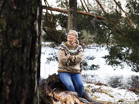 """""""Luonnon monimuotoisuus ja sen merkitys on jäänyt jatkuvasti päätöksenteossa ja yleisessä keskustelussa ilmastomuutoksen jalkoihin. On tärkeää ymmärtää, että ne liittyvät ja linkittyvät todella tiiviisti toisiinsa. Toista ei voi ratkaista ilman toista"""", Liisa Rohweder sanoo. Hänet kuvattiin kotimaisemissaan Kauniaisten Gallträsk-järven rannalla."""