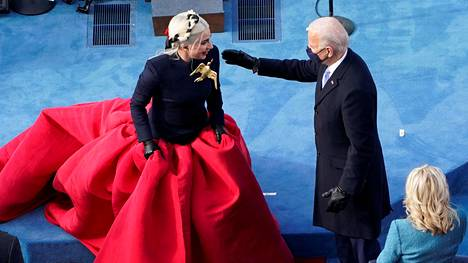 Joe Biden tervehti kansallislaulun esittänyttä Lady Gagaa virkaanastujaisten aikana keskiviikkona.
