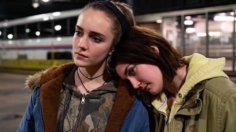 Näyttelijä Sidney Flaniganin (oik.) esittämä Autumn matkustaa serkkunsa Skylarin (Talia Ryder) kanssa New Yorkiin.