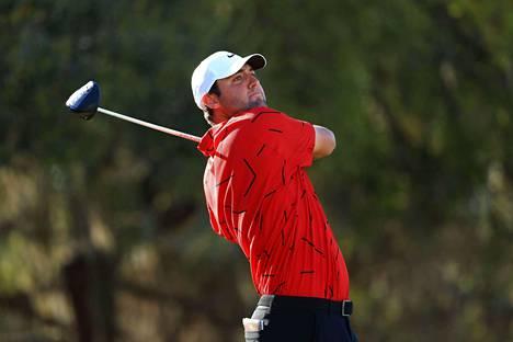 Scottie Scheffler oli yksi Tiger Woodsin tyylisesti punaiseen paitaan ja mustiin housuihin pukeutunut.