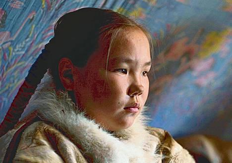 Aleksandra Okotetto esittää nenetsityttöä Anastasia Lapsuin ja Markku Lehmuskallion elokuvassa Sukunsa viimeinen.