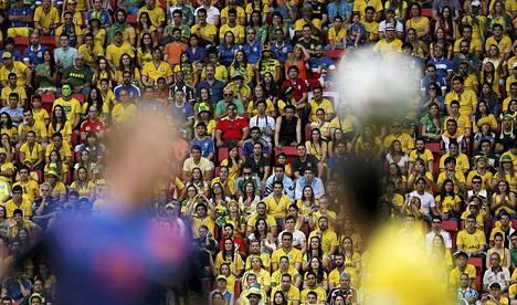 Hollannin Dirk Kuyt (vas) ja Brasilian Oscar taistelivat pallosta lauantain pronssipelissä.