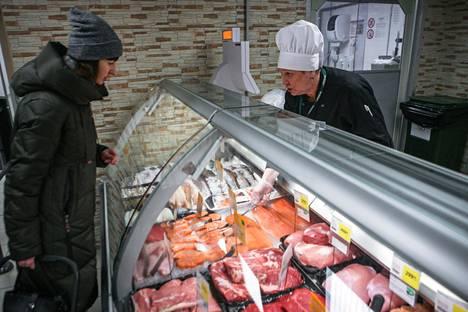 Opettaja Olga Borševa ostoksilla Prisman kalatiskillä.