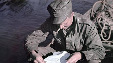 Moni suomalaismies jäi nikotiinikoukkuun jatkosodan aikana. Sodan jälkeen, vuonna 1949 yli 70 prosenttia suomalaismiehistä poltti tupakkaa.