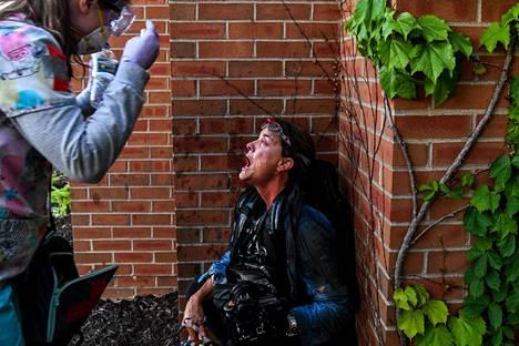 Poliisin ruiskuttamaa kyynelkaasua kasvoilleen saanut journalisti sai apua Minneapolisissa lauantaina.