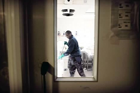 HS:n vaalikoneen mukaan perussuomalaisten, sosiaalidemokraattien ja kristillisdemokraattien ehdokkaat ovat kielteisimpiä EU:n ulkopuolisen maahanmuuton helpottamiseen. Keniasta muuttanut hienopuuseppä Michael Kiriama siivosi Stockmannin tavaratalossa tammikuussa.