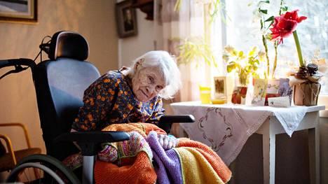 110-vuotiaan Helvi Kärjen huone yksityisessä hoivakodissa on sisustettu omilla huonekaluilla ja tavaroilla. Kärki asui yksin Hämeenlinnan keskustassa 107-vuotiaaksi asti.