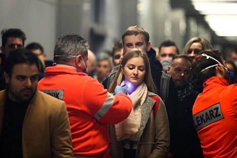 Krakovan lentokentällä Puolassa mitattiin keskiviikkona saapuvien matkustajien ruumiinlämpö.