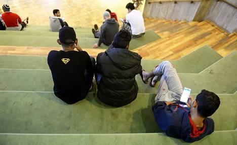 Turvapaikanhakijat istuskelivat Kirkkonummella Evitskogin vastaanottokeskuksen auditoriossa helmikuun alussa.