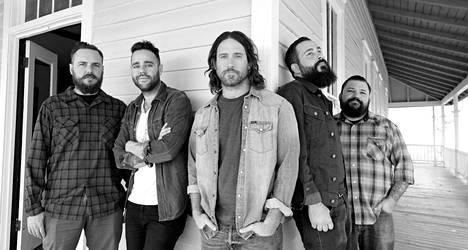 Amerikkalainen Chuck Ragan (keskellä) yhtyeineen esiintyy Tavastialla huhtikuussa.