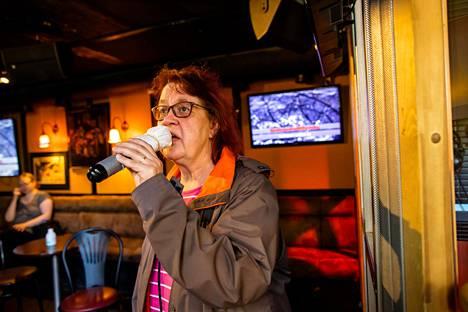Päivi Pakarinen lauloi kankaalla suojattuun mikrofoniin.