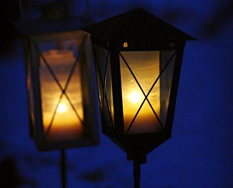 Lyhty tai tavallinen kynttilä on muovikuorista hautakynttilää ekologisempi vaihtoehto.