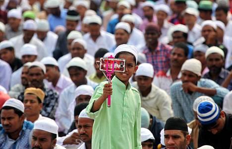 Eid-juhlan rukoushetki Chandigarhissa Intiassa maanantaina.