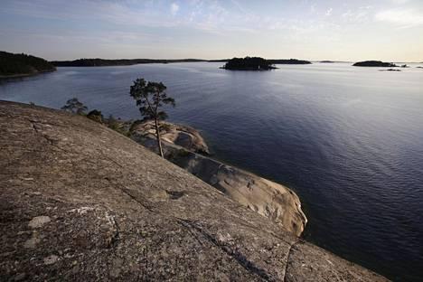 Saaristomerta heikentävät pääasiassa ravinteet, joita joet kuljettavat mantereelta. Happikatoa esiintyy Saaristomerellä yleensä loppukesällä.