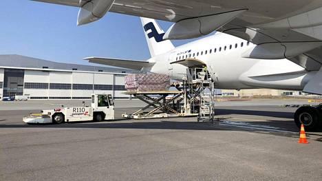 Huoltovarmuuskeskuksen toimitusjohtaja Tomi Lounema tviittasi kuvan Finnairin lentokoneesta, joka toi Suomeen kaksi miljoonaa kirurgista maskia ja 230 000 hengityksensuojainta Kiinan Quangzhousta 7. huhtikuuta 2020.