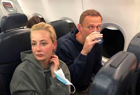 Aleksei Navalnyi ja hänen vaimonsa Julia kuvattuna lennolla Berliinistä Moskovaan tammikuun 17. päivänä.