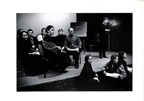 Joensuun kaupunginteatteri toi 1972 ensi-iltaan Bertolt Brechtin Äidin, joka ylisti kommunistista maailmankatsomusta. Nimiroolissa Tuula Nyman. Kirjan kuvitusta.
