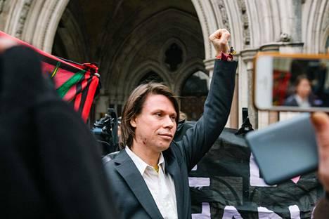 Lauri Love iloitsi lontoolaisen tuomioistuimen päätöstä helmikuussa.