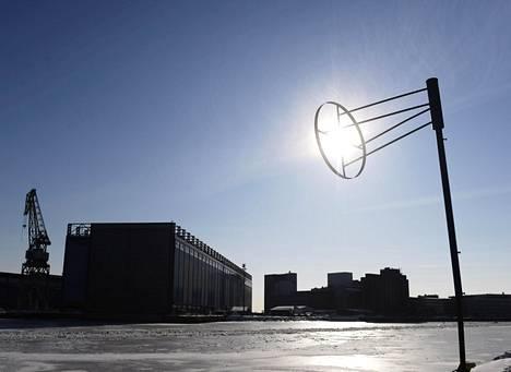 Aurinko paistoi pilvettömältä taivaalta Helsingin Hietalahden telakan altaalla vielä keskiviikkona.