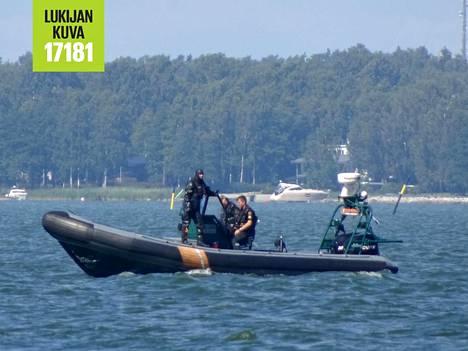 Uimareita etsittiin Lauttasaaren edustalla sunnuntaina puoleltapäivin.