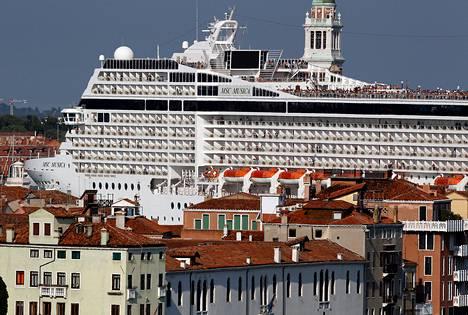 Venetsiassa on jo pitkään kiistelty isojen matkustaja-alusten kulkureiteistä historiallisen kaupungin ahtailla vesireiteillä. Arkistokuva.