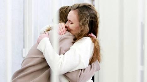 Daria Tšultsova (vas.) ja Katerina Bahvalova halasivat toisiaan syytettyjen häkissä oikeudenkäynnissään Minskissä torstaina.