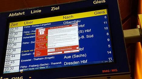Näyttöruutu rautatieasemalla Chemnitzissä Saksassa viime perjantaina. Ruudulla on verkkokiristäjän viesti lunnasvaatimuksista.