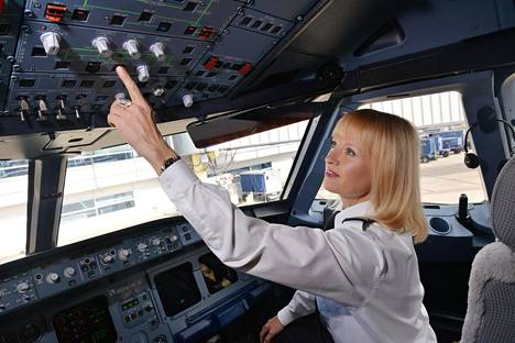 Amerikansuomalainen Maritsa Lindroos lentää American Airlinesin reittikoneita Yhdysvalloissa. Hänet kuvattiin Airbusin ohjaamossa Ronald Reaganin kentällä Washingtonissa.