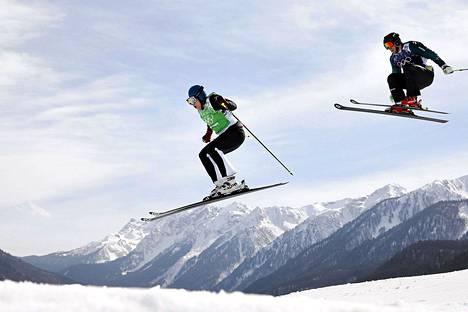 Jouni Pellinen (vas.) ja Australian Scott Kneller miesten skicross-kisassa torstaina.