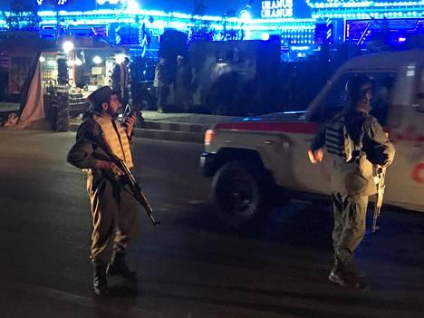 Poliisit partioivat tiistaina itsemurhaiskun tapahtumapaikalla Kabulissa.