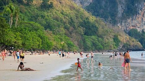 Tässä kohdassa Krabin Ao Nangin rantaa koirat kävivät lapsen kimppuun. Kolme päivää myöhemmin lapsiperheet viettivät edelleen aikaa samalla paikalla.