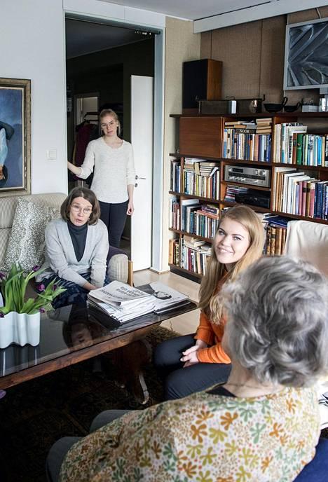 Keravalla asuva tytär Hanna Ripatti käy äitinsä Marja Anttisen luona yleensä kerran viikossa. Ilostun perustaja Iida Kujanpää ehti olla pari vuotta osa Anttisen arkea. Nykyään Anttisen luona käy useimmiten Ilostun työntekijä Sanni (ovella).