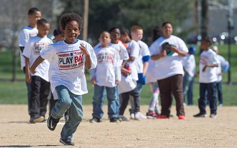 Urheilu on usein aidoimmillaan lasten peleissä. Kuvan poika ei liity juttuun.