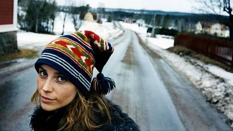 Tukholmalaistunut Mia (Sofia Helin) palaa kotikyläänsä isän 70-vuotissyntymäpäiville.