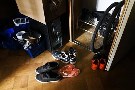 Jos opiskelijan kämppäkaveri on töissä, saattaa opiskelijan asumistukeen tulla lovi. Kuva Fredrikinkadulla sijaitsevasta kimppakämpästä, jossa asuu viisi nuorta aikuista.