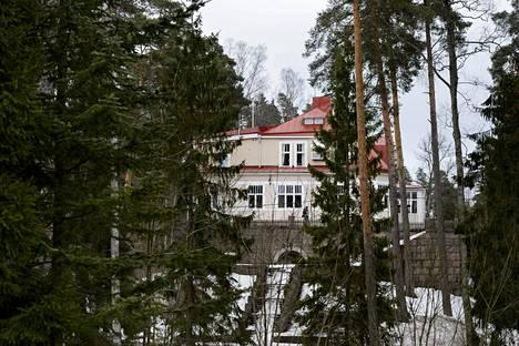 Bensowin säätiön omistama Villa Bensow on yksi Kauniaisten upeimmista huviloista. Huvila toimi Valter Gadolinin virka-asuntona.