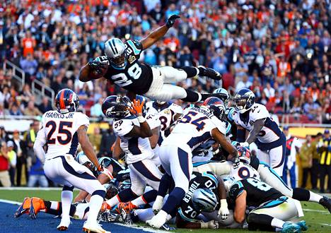 Carolina Panthers pelaaja (28) hyppäsi puolustusmuurin ylitse Super Bowl -finaalissa Denver Broncosia vastaan.