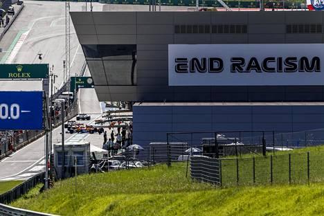 Rasismin lopettamista vaativa End Racism -teksti on näkyvästi esillä formula 1 -kauden avausosakilpailun näyttämöllä Red Bull Ringillä Itävallan Spielbergissä.