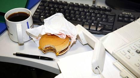 Tutkimuksen mukaan oman syömisen kontrollointi väheni, kun stressipisteet olivat korkealla.