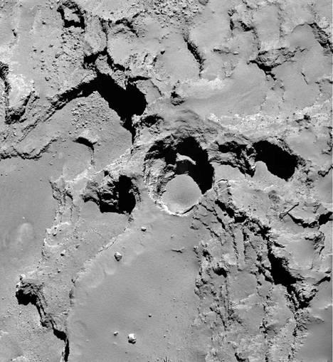 Pölyä ja höyrystynyttä jäätä suihkuaa yhä enemmän onkaloista komeetta 67P:n pinnalla, koska komeetta on paljon lähempänä Aurinkoa.