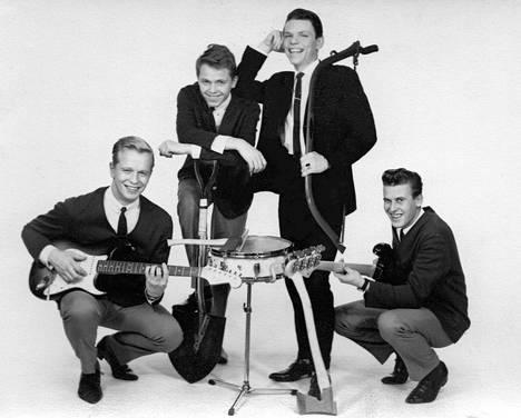 Vuonna 1962 perustettu The Esquires aloitti rautalangalla, mutta vaihtoi tyylinsä beatiin hyvällä menestyksellä. – Kirjan kuvitusta.