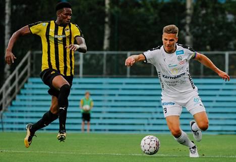 FC Hongan Macoumba Kandji (vas.) ja Vaasan Palloseuran Sebastian Strandvalla kamppailivat Veikkausliigan ottelussa heinäkuussa 2018.