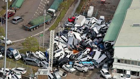 Keskiviikkoaamuna otetussa ilmakuvassa näkyy Jebi-taifuunin aikaansaama henkilöautokasa Kobessa.