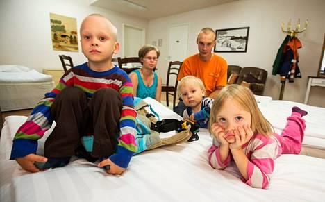 Kiiverien perhe vietti evakuoinnin vuoksi yön hotelli Vuolakkeessa Laukaan keskustassa. Kuvassa (vas.) Nooa, Auli-äiti, Otto-isä, Eeli ja Ruut.