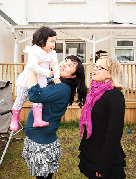 Lontoon-kirjeenvaihtaja Tanja Vasama kyläili korealaissyntyisen Mi Jeongin ja tämän tyttären Hanna Yeomin kotona.