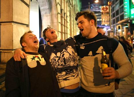 Brittimiehet lauloivat Victorian asemalla Lontoossa viikko sitten.