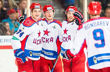 Simon Hjalmarsson (toinen vas.) ottaa onnitteluja vastaan Nikolai Prohorkinilta (vas.) ja Jan Mursakilta. Aleksei Bondrajev rientää myös juhlintaan.