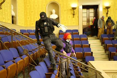 Ainakin kahdella kongressirakennukseen tunkeutuneella mielenosoittajalla oli mukanaan nippusiteitä. Kansanedustajat saatiin evakuoitua vain hetki ennen kuin mielenosoittajat tunkeutuivat sisään.
