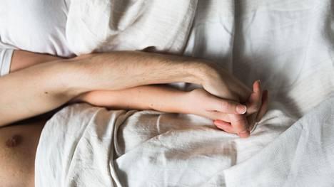 Onko sängyssä halailu ennen päivän kiireitä teidän tapanne hoitaa parisuhdetta? HS etsii nyt pariskuntia kuvareportaasiin kertomaan parisuhteenhoitokeinoistaan.